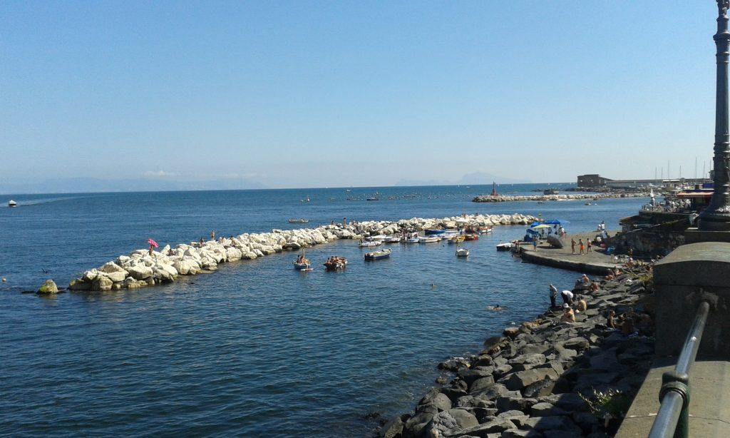 Zonnen en zwemmen langs de boulevard van Napels