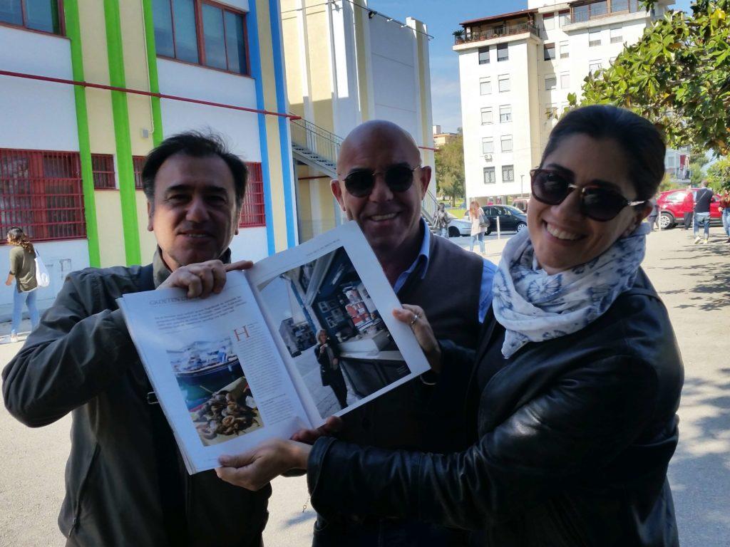 Mijn vrienden op het schoolplein bewonderen het artikel over 'hun Pozzuoli' in Italië Magazine
