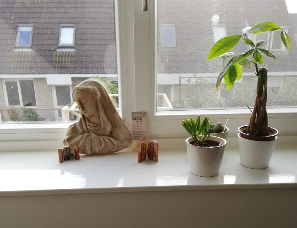 Maria beeldje voor in de werkkamer
